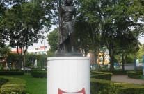 Estatua de Carla Estrada en el Jardín de los Grandes Valores en la Ciudad de México