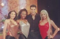 Jaime Camil acompañado de las bellas modelos de La Hora Pico