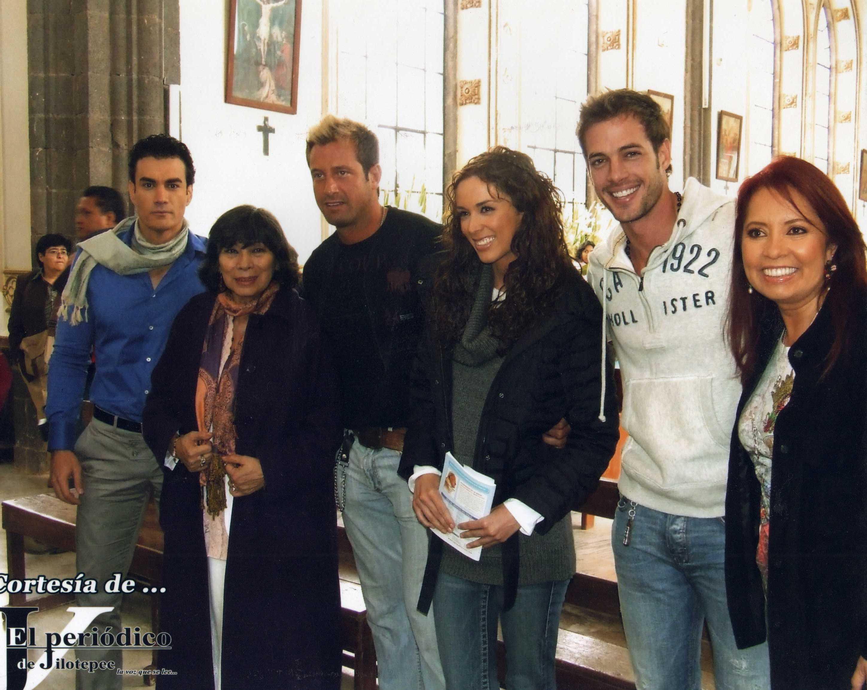 Carla Estrada con el elenco de Sortilegio
