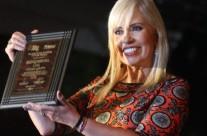 Carla Estrada recibe reconocimiento en la Feria de la Ciudad de México