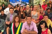"""La productora Carla Estrada acompañada por parte del elenco y público de """"Hoy"""""""