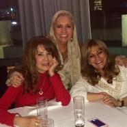 La productora Carla Estrada acompañada de Lucy y Guadalupe Pineda