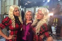 La productora Carla Estrada acompañada por las bellas conductoras de hoy